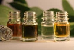 Ses huiles essentielles, elle les choisit auprès d'une entreprise artisanale réputée à La Réunion et dans une filière bio à Madagascar, à visée humanitaire.