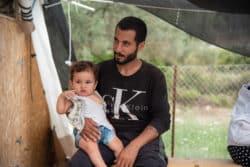Un migrant syrien attend que son fils puisse être consulté par un médecin dans le centre de soins de MSF