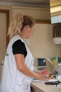 Une infirmière bénévole s'active dans le centre de soins de MSF