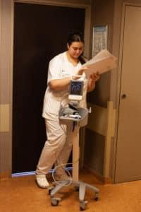 Doumia, étudiante en troisième année en soins infirmiers, en stage, sort de la chambre d'une patiente venue pour un prélèvement ovocytaire