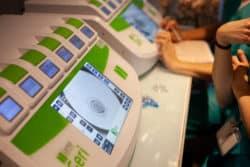 Observation d'un embryon dans l'incubateur par la biologiste