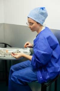 Sarah, infirmière au bloc opératoire, prépare le matériel pour le prélèvement ovocytaire.