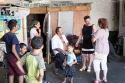 Nathalie est toujours accompagnée de Claudia Marchetti (à droite), une médiatrice en santé francoroumaine, salariée de Médecins du Monde. Claudia assure le lien entre l'infirmière et les familles.