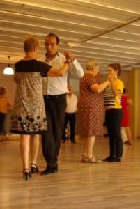 Le tango est une posture du corps, depuis les pieds jusqu'au sommet de la tête, c'est une danse construite de l'intérieur qui passe par le squelette.