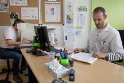 Consultation de médecine du travail : l'infirmier réalise un contrôle ophtalmologique et fait le point sur le dossier du patient