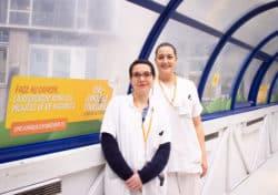 Vanessa Pibiri et Carole Mardesson, infirmières de recherche clinique, dans les couloirs de l'Institut Curie