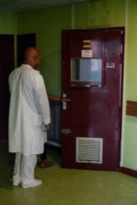 Les infirmiers ne sont jamais seuls pour entrer dans une chambre et sont en permanence accompagnés d'un surveillant qui assure la sécurité