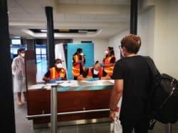 Entretien, test Covid-19 et quatorzaine obligés : à La Réunion Les passagers symptomatiques sont accueillis par l'équipe d'infirmiers du SDIS