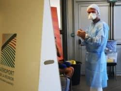 Dans un autre recoin aménagé, deux infirmiers pratiquent le test PCR, leur patient installé à l'abri des regards