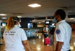 Entretien, test Covid-19 et quatorzaine obligés : à La Réunion, un accueil infirmier au bas de l'avion