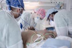 Claire Flamant infirmière en USIC va de patient en patient pour leur prodiguer les soins nécessaires