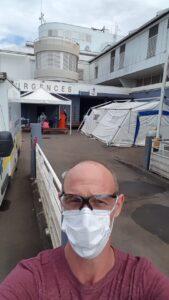 Eric Roussel, devant le CHM (Centre hospitalier de Mayotte) où un hôpital militaire a été monté pour les dépistages Covid-19