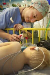 Au CHU de Rennes, Jordanne, infirmière, offre à Ylan sont P'ti doudou, à son réveil