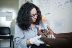 Etre infirmière de santé au travail en service autonome, c'est aussi intervenir sur de petits (et gros) accidents. Ici, Nawel prend en charge un ouvrier qui s'est blessé à la main