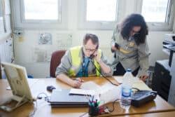 En santé au travail, la relation médecin-infirmier est essentielle. A l'usine Renault de Flins, Nawel et le Dr Alexandre Quignette se partagent les tâches