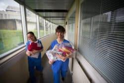 A gauche, Gaëlle Cavan, présidente de l'association Les Fées bleues; à droite, Nadège, trésorière. Toutes les deux sont puéricultrices au CHU de Bordeaux