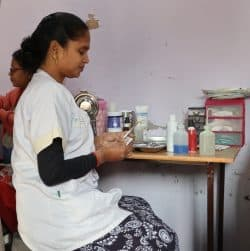 D'un patient à l'autre, Son et Nitin se partagent la tâche assumant à tour de rôle le soin ou la préparation du matériel