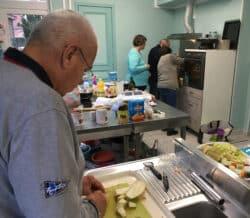 Dwell Lors des ateliers pratiques de nutrition, les patients préparent eux-mêmes des repas équilibrés