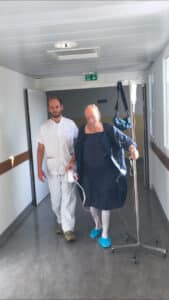 Ce patient, accompagné du Dr Zieleskiewicz, monte à pied dans le service de chirurgie digestive, après son passage en salle de réveil