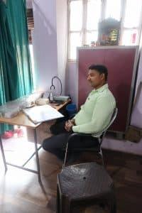 Le Dr Sanjay, médecin hospitalier, donne des consultations au dispensaire les vendredis matins. Il peut être sollicité pour un avis sur une plaie et son traitement