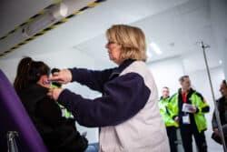 Marie-Lou, infirmière pour ISMA, prend en charge une jeune femme qui a fait un malaise dans les tribunes, lors du match au Parc des Princes