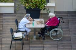 Confinement volontaire des professionnels avec les résidents : en Ehpad, des résultats plutôt positifs