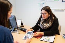 le docteur Bureau-Yiniesta spécialisé en addictologie distribue des prospectus et documents pour sensibiliser ses patients aux dépendances liées aux jeux