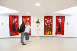 Certaines oeuvres d'art réalisées par les patients sont exposées dans les couloirs.