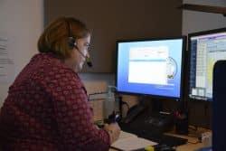 Une infirmière de l'unité de programmation-régulation, au téléphone avec un patient