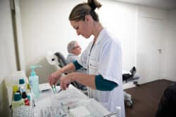 Aline prépare le pansement dans le cadre d'un protocole défini lors de la consultation