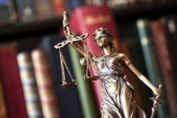 Pourquoi la justice se mêle-t-elle de plus en plus de santé?