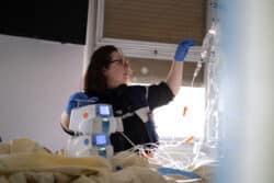 Ingrid infirmière prend en charge le patient dans sa chambre et fait les vérifications nécessaires pendant le passage de relais