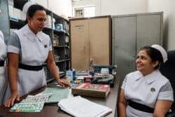 Dans le bureau de H.Shanti, infirmière au coeur de l'unité de néphrologie de l'hôpital de Kandy