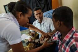 Le Dr Lishanta Guneashta, néphrologue dans le centre de santé de Girandurukotte, reçoit Shanta Samarakon, professeur d'anglais, l'un de ses patients