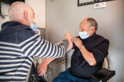 Stéphane Chauvin, infirmier et référent vaccination du département 93 en train de vacciner une personne sensibilisée par l'équipe