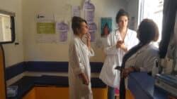 Infirmière, médecin et assistante sociale parlent de la prise en charge des patients, à l'entrée du bus 31/32, installé à deux pas de la Gare Saint-Charles