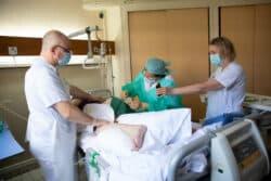 Le Dr Anne Bouix, chirurgienne, excise la nécrose de Paul, l'un de ses patients, pensionnaire de l'Institution