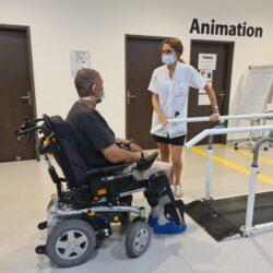 De longues semaines de rééducation attendent Jérémy, infirmier libéral, encouragé par son médecin rééducateur
