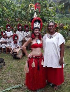 Une jeune médecin polynésienne et Jenny Torea, au Fare Hapa'au, en tenue traditionnelle