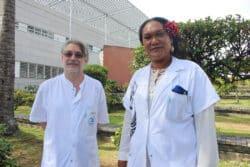 Le docteur Éric Parrat et Jenny Torea posent dans le futur jardin des plantes médicinales