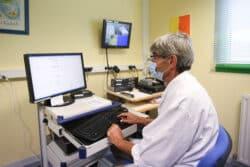 Jérôme Carrière, infirmier à Toul Ar C'Hoat, dans le laboratoire d'électroencéphalographie au sein de l'infirmerie
