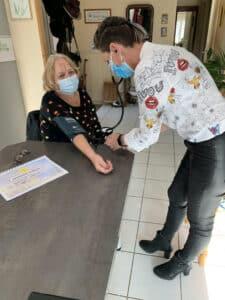 Valérie Cousin, Infirmière libérale à Caissargues, avec une patiente.