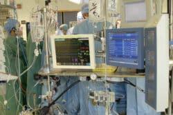 Le poste du perfusionniste, dos au chirurgien, dans le bloc de chirurgie cardiaque, à l'AP-HM
